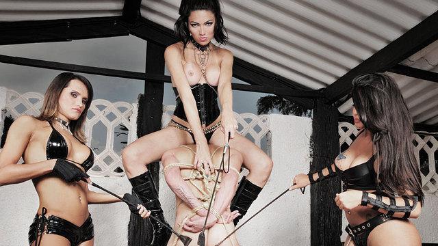 Fabricia, Saory, Rayanne punissent un mec soumis